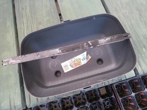 15年以上前に園芸店で購入したプラスチックプランター。Northants England,b-line。2020.11.21