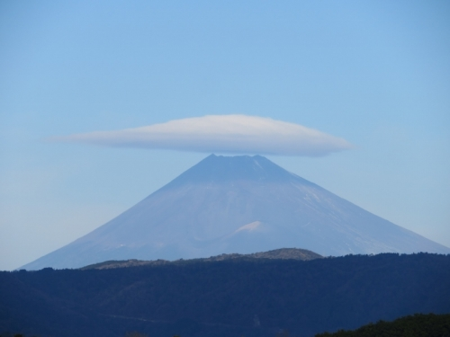 12月なのに雪がない珍しい富士山にキレイに被る傘雲♪2020.12.24
