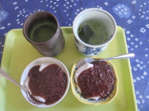 午前11時のおやつ~失敗して柔らかすぎる餅に緩い粒餡子をかけて静岡抹茶 2021.01.08