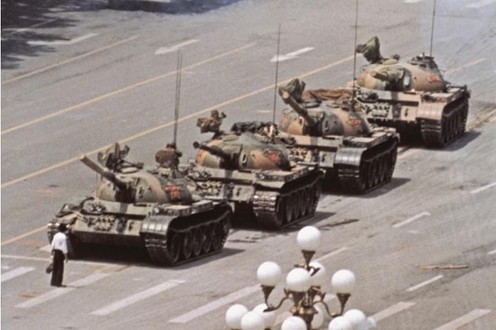2020-7-23天安門事件戦車男写真