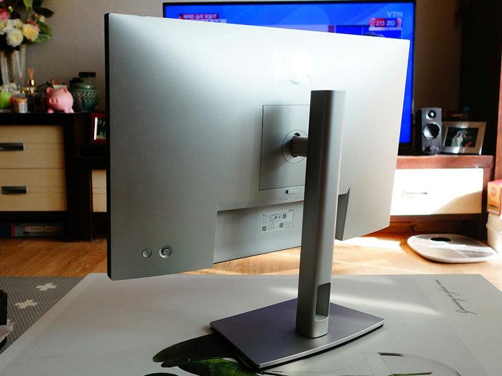 Dell_U2421E_06.jpg