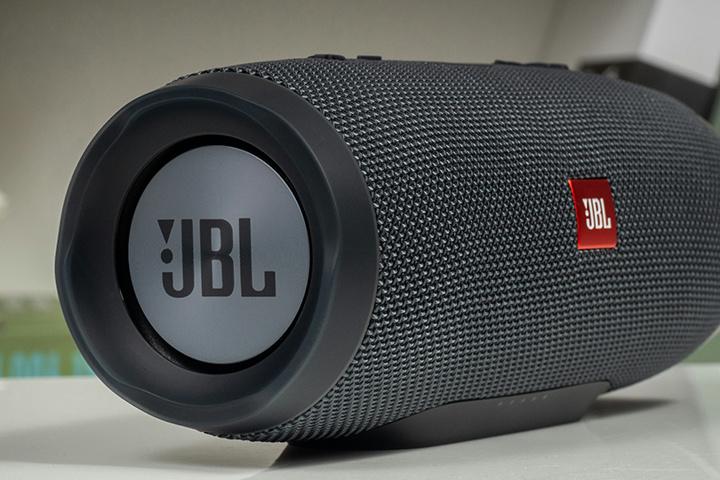 JBL_CHARGE_ESSENTIAL_03.jpg