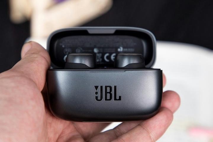 JBL_LIVE_300TWS_10.jpg