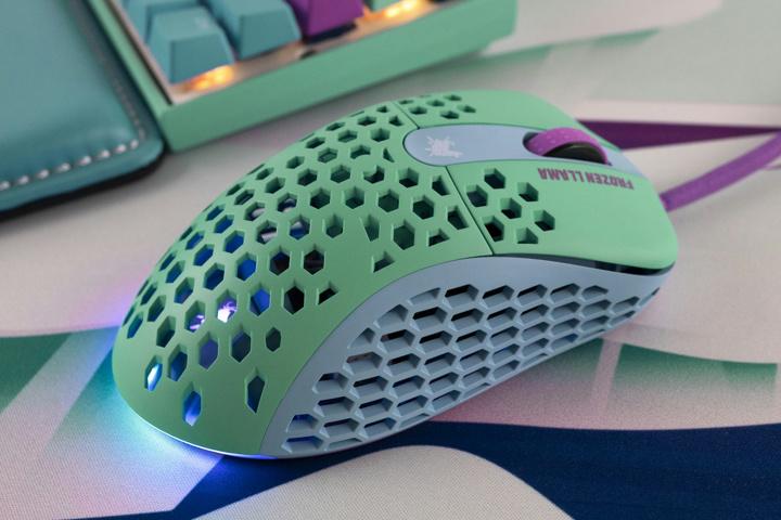 MechanicalKeyboards_com_Frozen_Llama_Mouse_05.jpg