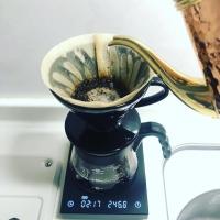 コーヒーを淹れている